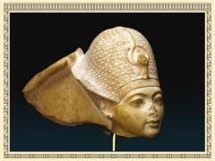 Toetanchamon, kop van een beeld van de koningskroning op ca. tienjarige leeftijd, kalksteen historische reizen Het Vliegende Nijlpaard